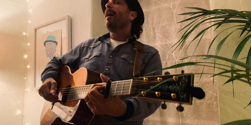 shedandbreakfast hosts Danny Schmidt in our 1st ever house gig!